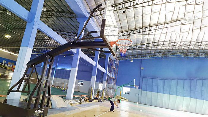 给力体育提前完成佛山三水白坭镇体育馆两付篮球架安装实事工程