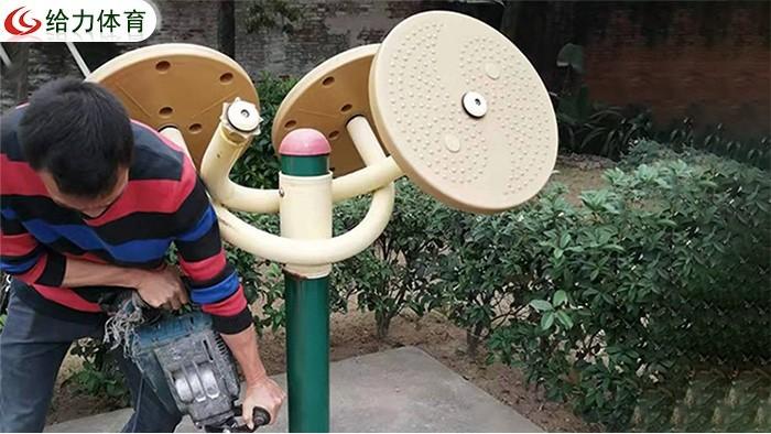茂名小区安装的新式社区健身器材,老年人使用健身器材应该注意什么?