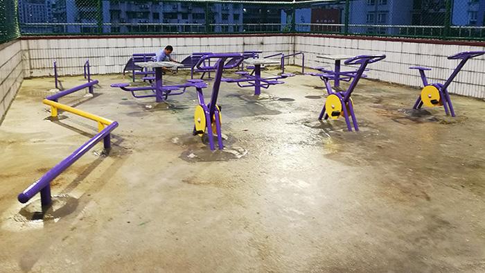 给力体育89套户外健身器材进入阳江小区学校