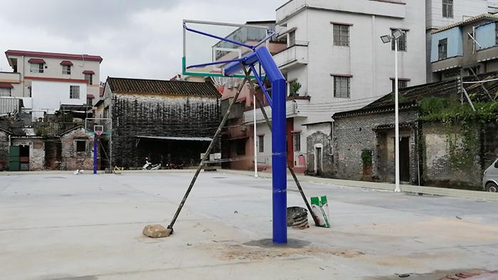 驻村干部帮助安装篮球架 江门幕村村委会文体中心投入使用