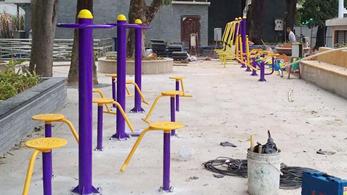 中山竹秀园社区历经二年终于要换新广场上的户外健身器材了