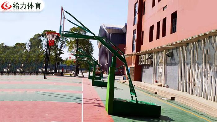 梧州篮球架厂家百忙之中抽空为蒙山县定做两套彩虹自然弯篮球架