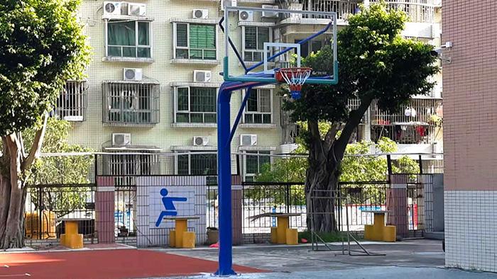 富力桃园小区固定篮球架的安装 圆了群众健身梦