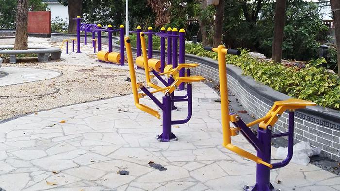 中山居民小区户外健身器材安装完,使用方法大妈们了然于心