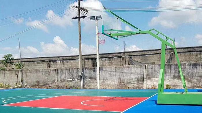 佛山市南海区道头公园增添丙烯酸球场篮球架 市民齐齐动手来帮忙