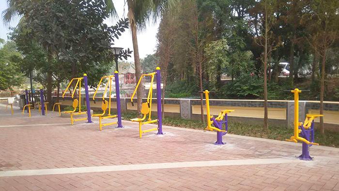 梅州这个小区的闲置空地上已经安装了老人健身器材了
