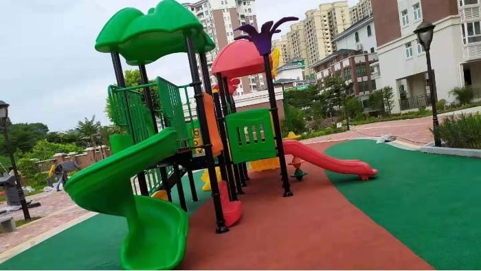 江门东方雅居小区安全地胶铺设儿童滑梯安装完毕