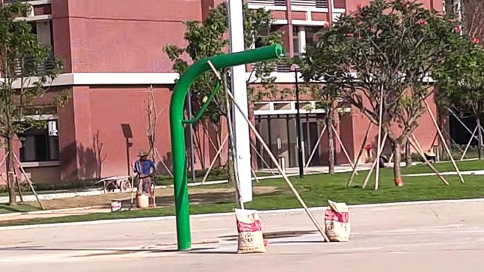 鹤山市东古调味食品生活区增添给力体育埋地独柱篮球架