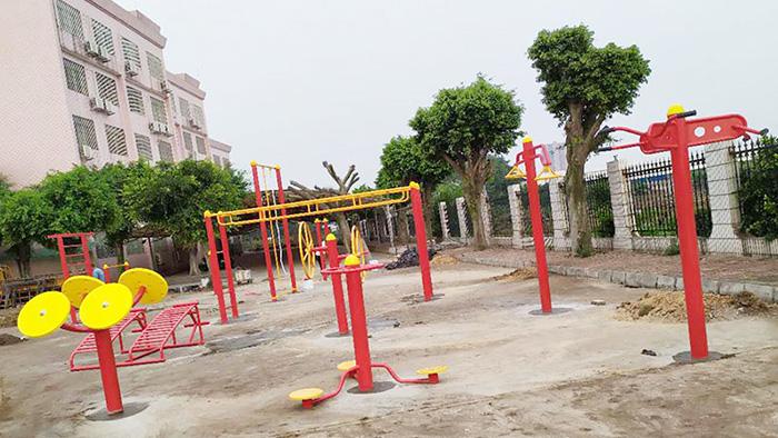 孩子们珠海市香洲区金钟小学校园内户外健身器材的正确使用方式在这里