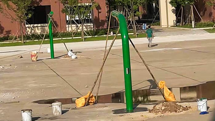 广州白云区金碧新城三头白色篮球架定制蓝色丙烯酸球场建设