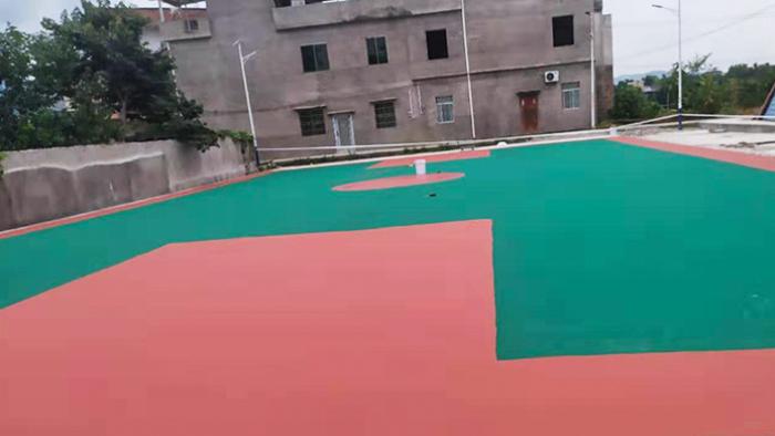 台山市镇衡村村委会放鞭炮喜迎丙烯酸球场铺设篮球架进村